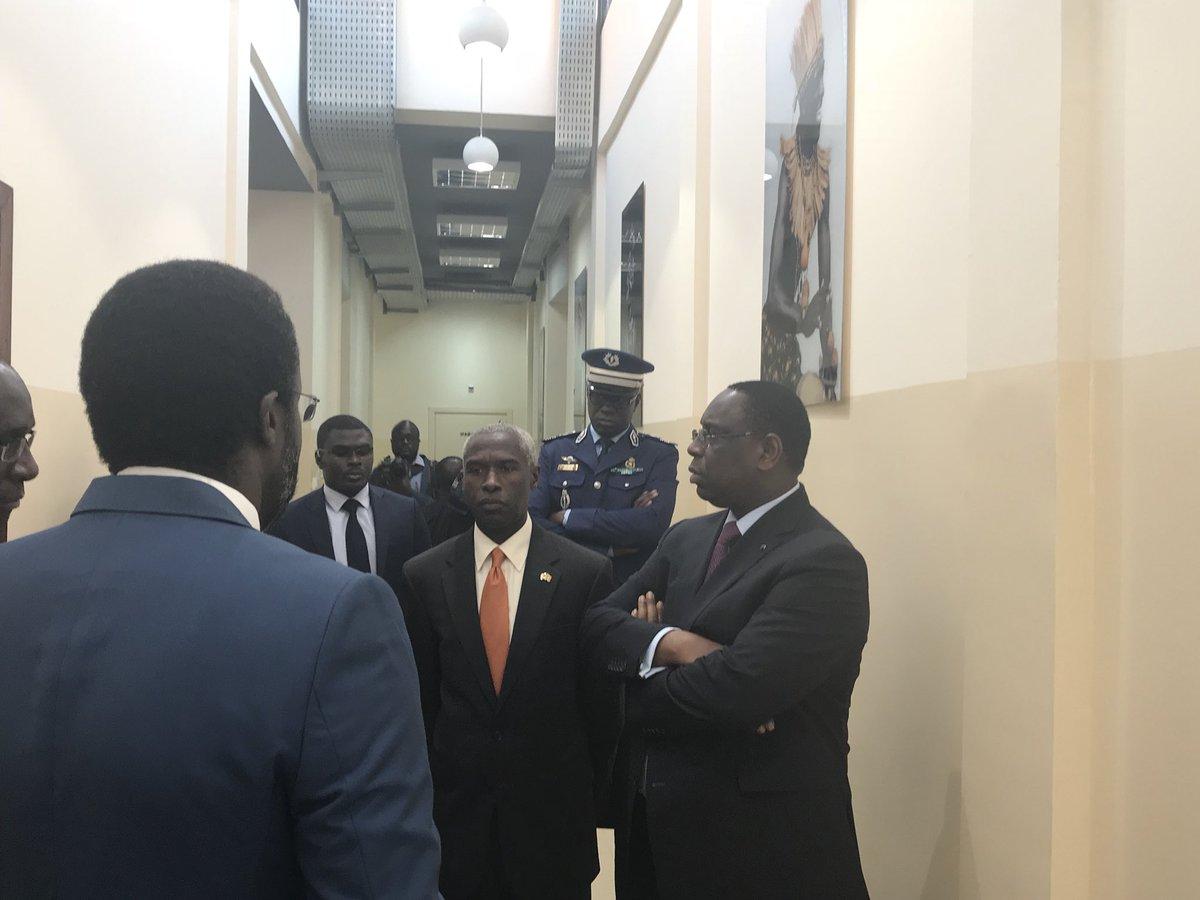Le Président Macky Sall et l'Ambassadeur des Usa Tulinabo Mushingi dans le bâtiment du COUS