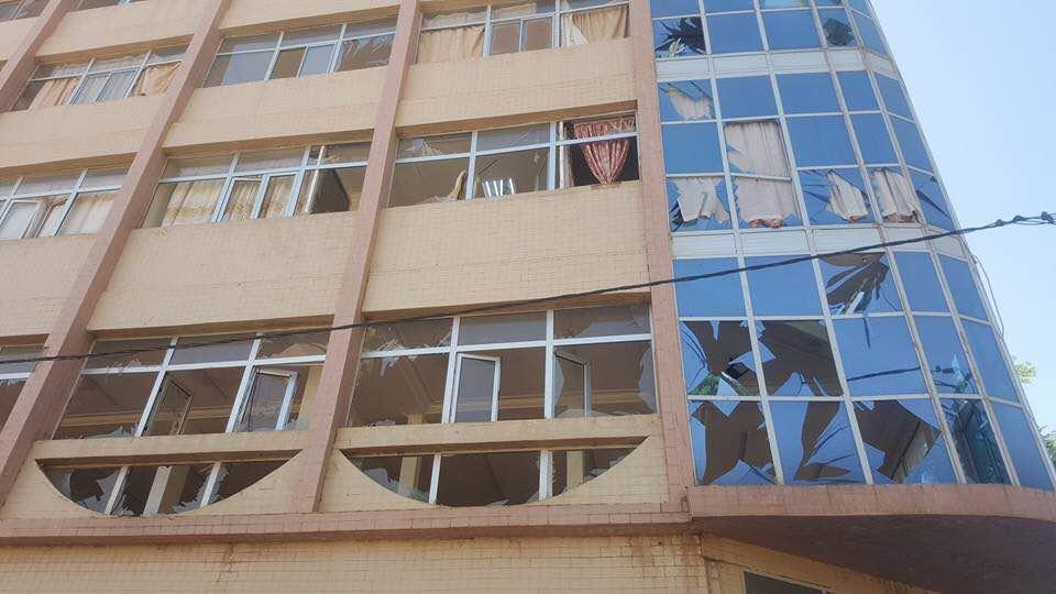 Un immeuble au centre de Ouagadougou touché par les tirs