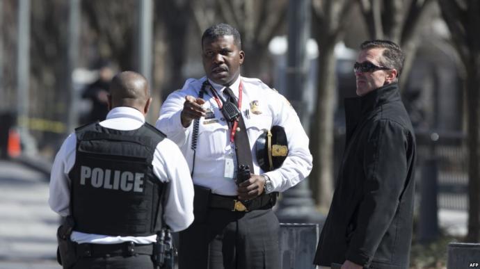 Un homme se tue avec une arme à feu devant la Maison Blanche