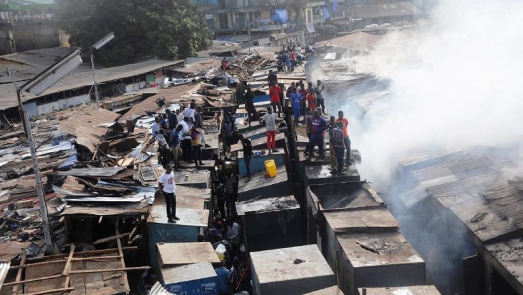 Photo marché Médina de Guinée prise dimanche après l'incendie par Rfi