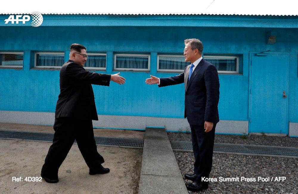 Cette poignée de main historique entre les deux Présidents des deux Corées sur la ligne de démarcation