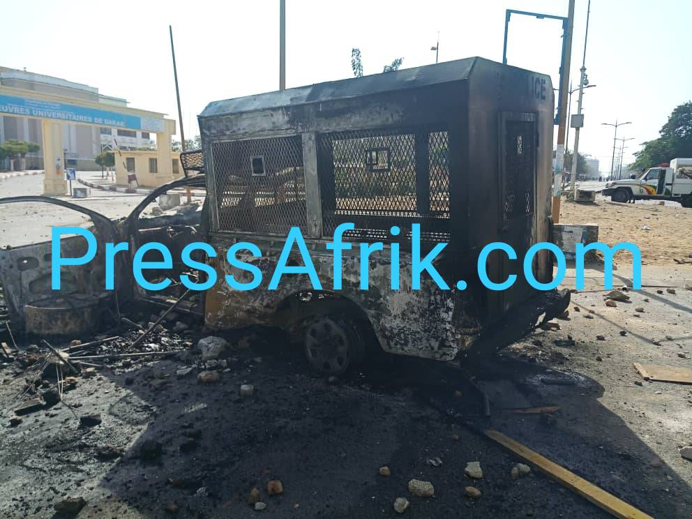 Véhicule de la police incendiée par les éudiants de l'UCAD