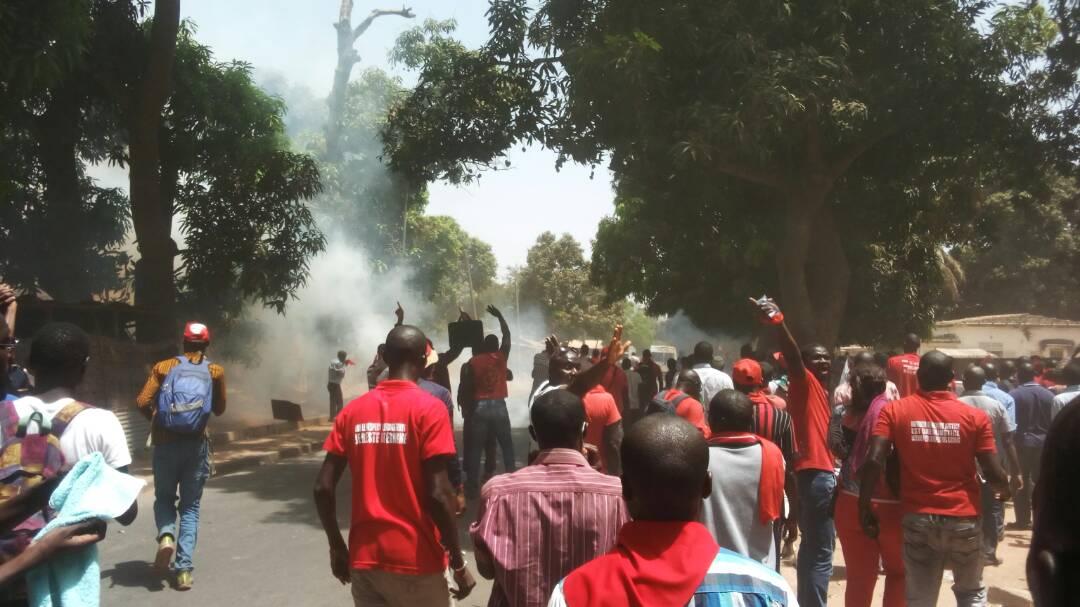 Ca ne se calme pas à Ziguinchor : les étudiants brûlent un bus du rectorat et...