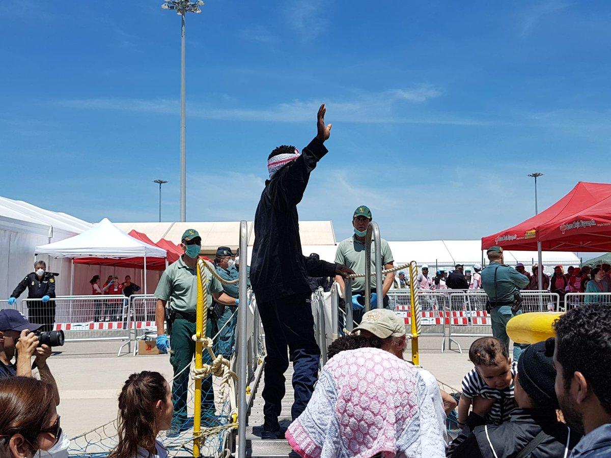 Vidéo - A leur débarquement sur le port de Valence, les 106 migrants rescapés de l'Aquarius chantent et dansent
