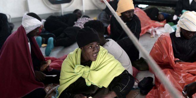 Un bateau de Migrants, le Sarost 5, Interdit d'accoster sur la côte méditerranéenne depuis deux semaines