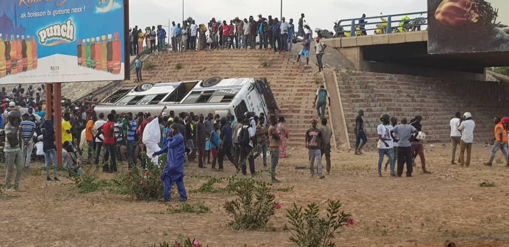 Urgent -Vidéo : Un bus Tata tombe de l'échangeur Patte d'oie et fait plusieurs blessés graves