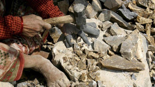  Les casseuses de pierres inquiètent pour leur avenir en RDC