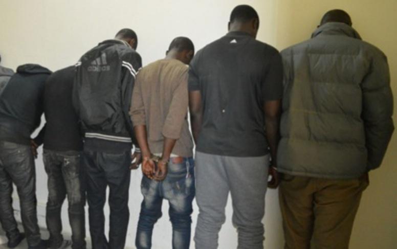 Les 15 malfrats arrêtés par la police présentés avec 20 kilos de drogue, des machettes et...