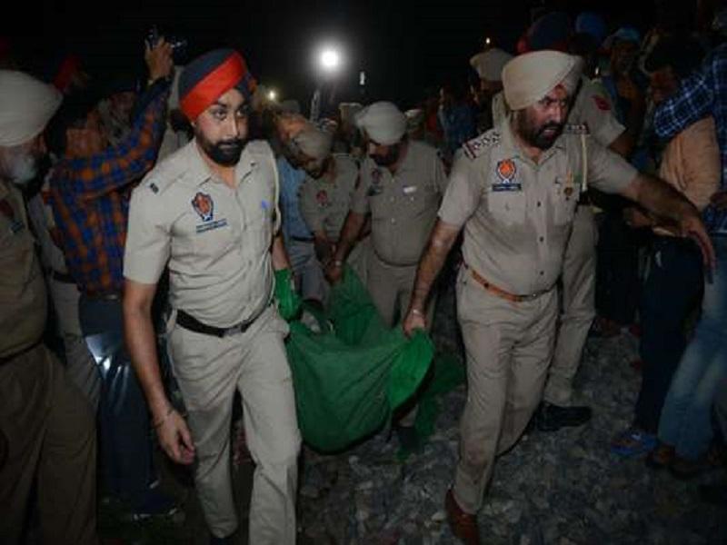 En Inde, un train percute une foule et fait au moins 59 morts