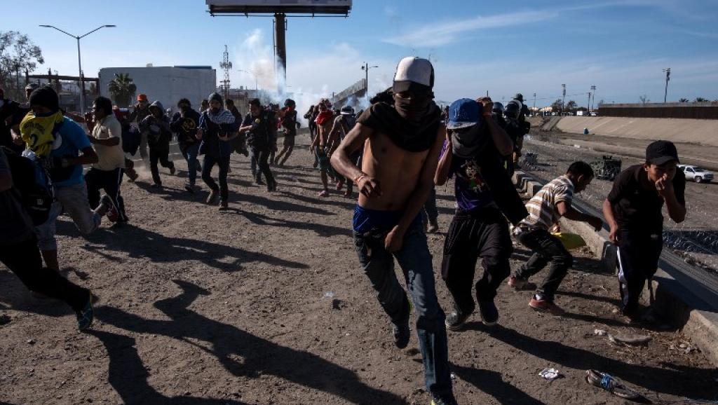 Trump défend l'usage de gaz lacrymogène pour stopper les migrants à la frontière