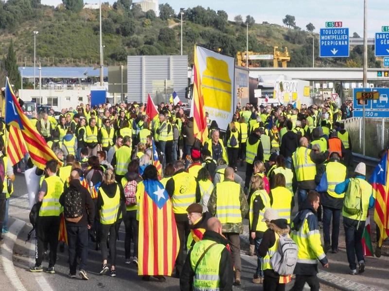 Des centaines de Gilets jaunes à la frontière franco-espagnole