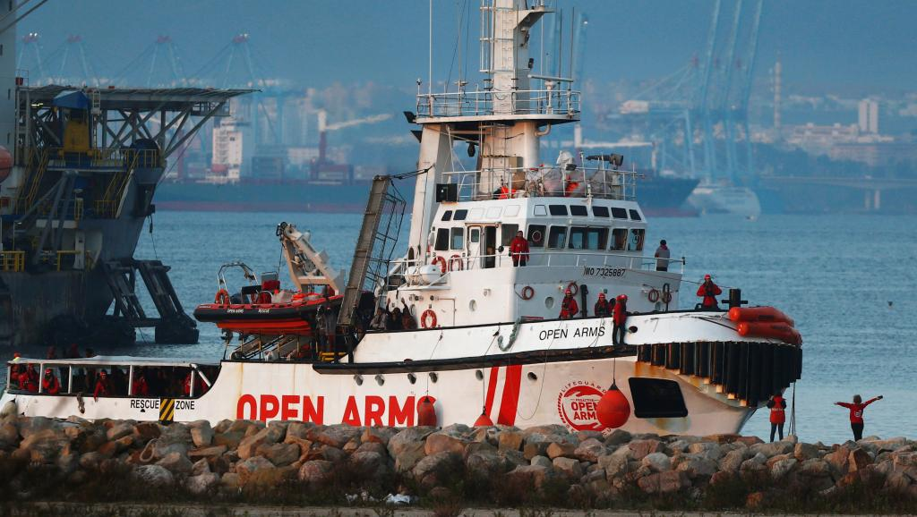 Espagne: un bateau accoste avec plus de 300 migrants à bord