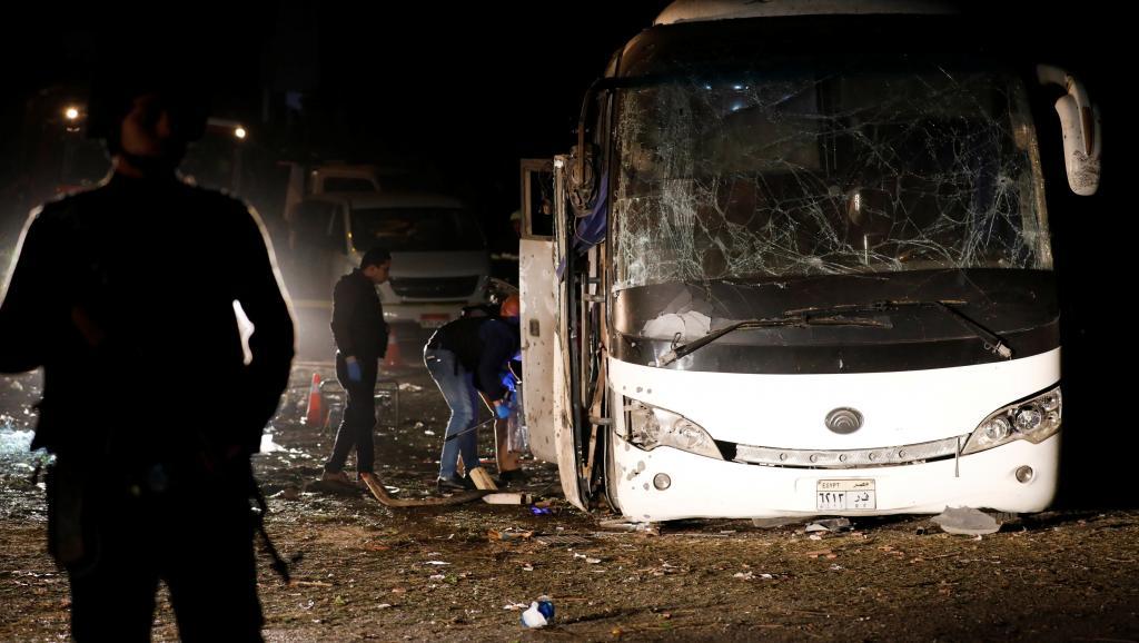Egypte: un bus de touristes victime d'une attaque à la bombe à Gizeh