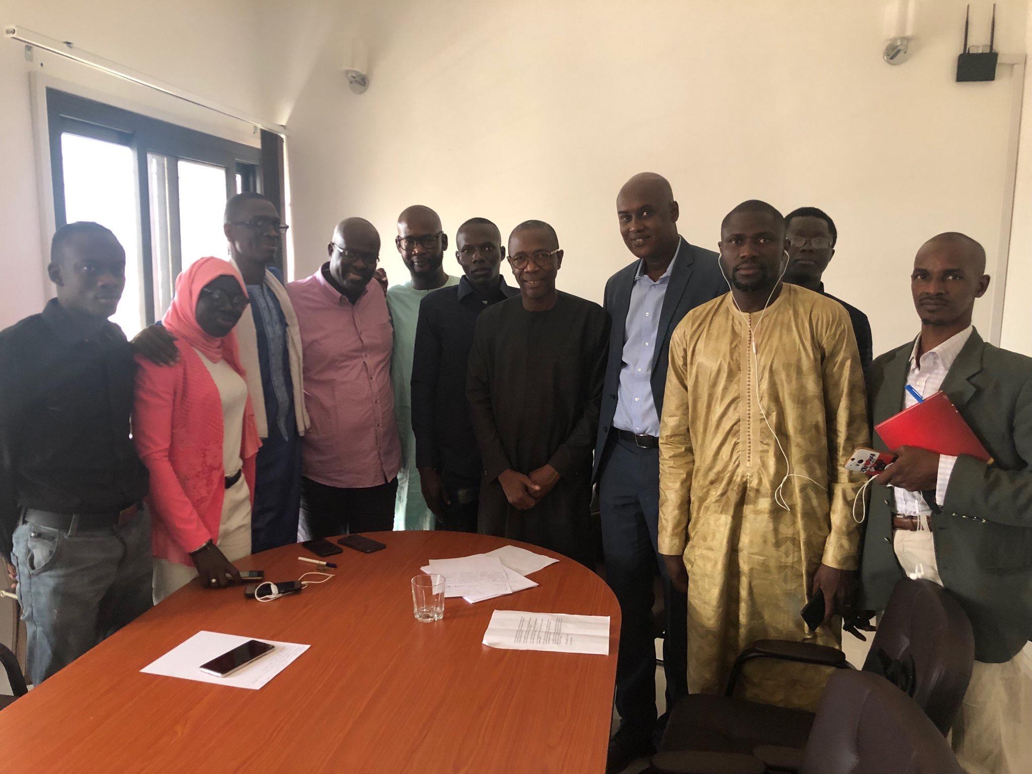 El Haj Kassé au centre entouré des défenseurs de Macky Sall sur les Réseaux sociaux