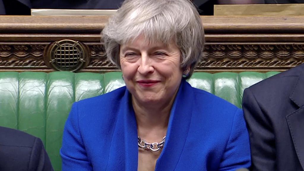 Brexit: Theresa May échappe de peu à une motion de censure