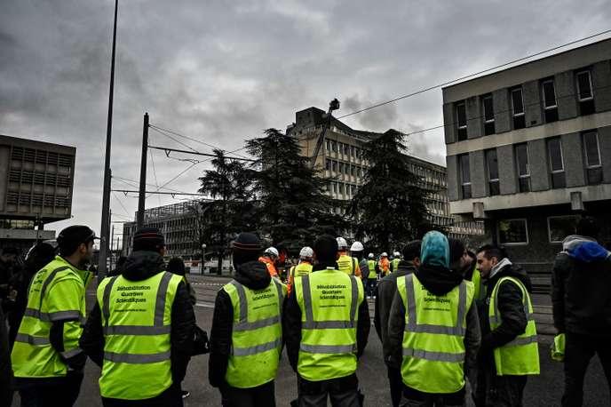 Des blessés légers après une explosion de bouteilles de gaz sur le toit d'un bâtiment universitaire, à Villeurbanne
