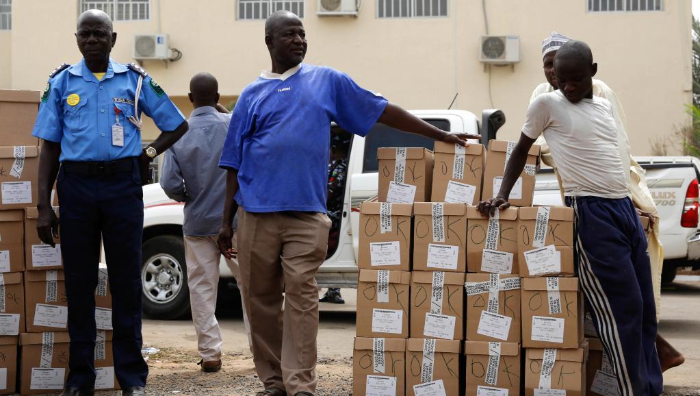 Elections au Nigeria: les deux principaux partis condamnent le report