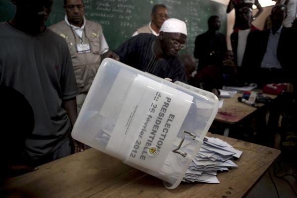 Parcelles Assainies : les bureaux de vote fermés à 18 h dans l'obscurité
