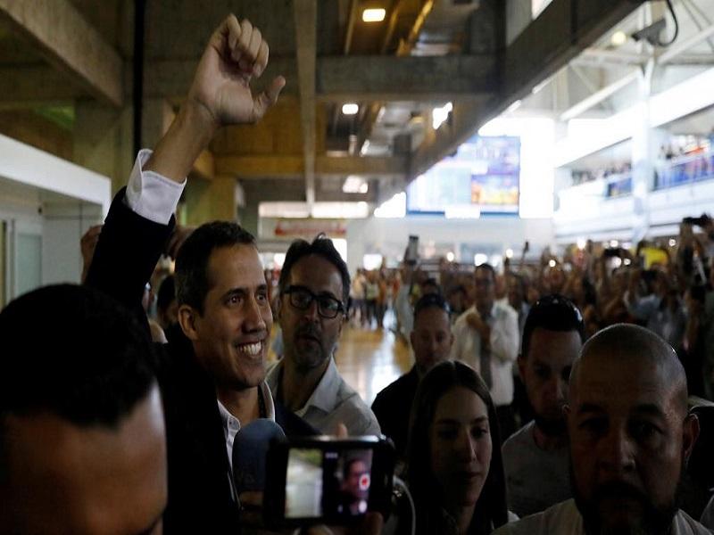 Venezuela: Juan Guaido accueilli par une foule de partisans et des ambassadeurs