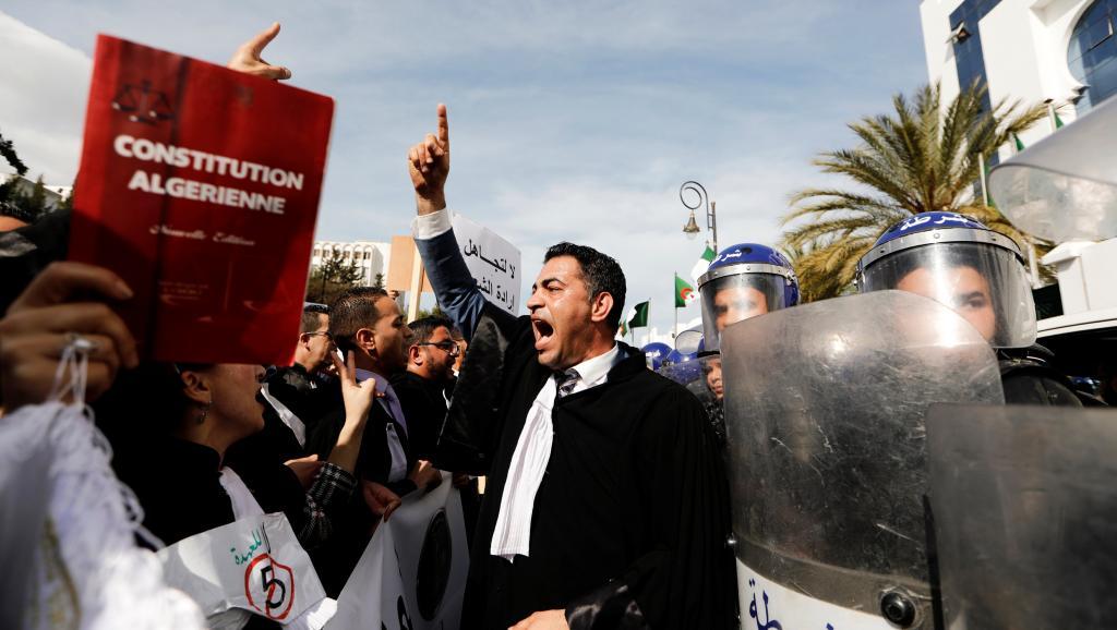 Candidature du président Bouteflika en Algérie: les avocats protestent dans la rue