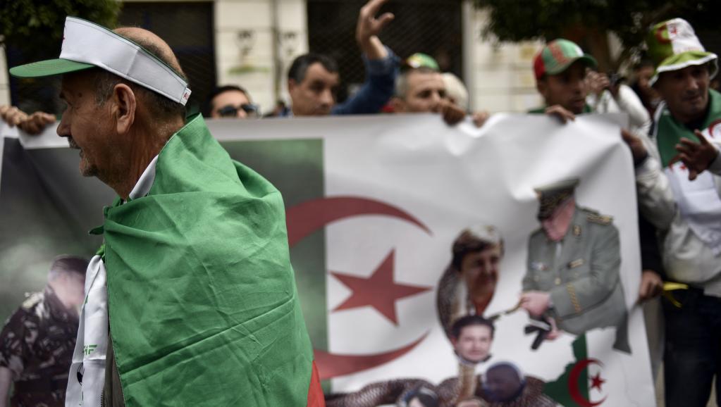 Algérie: dans la rue, les slogans restent hostiles au pouvoir