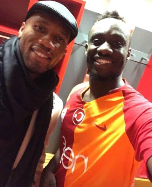 Mbaye-Diagne Galatasaray : Au sortir de son triplé, Mbaye Diagne pose avec Didier Drogba