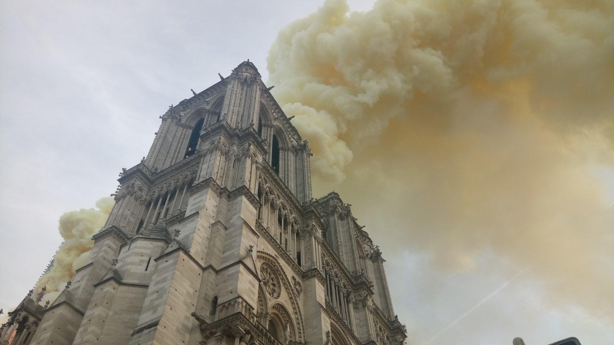 La célèbre Cathédrale Notre-Dame de Paris incendiée