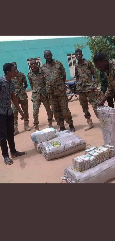 130 millions de dollars en liquide retrouvés au domicile de l'ex-président soudanais Omar El-Bechir