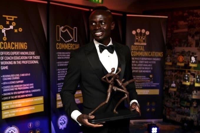 PFA Awards: Voici la réaction de Sadio Mané après la réception de son trophée !