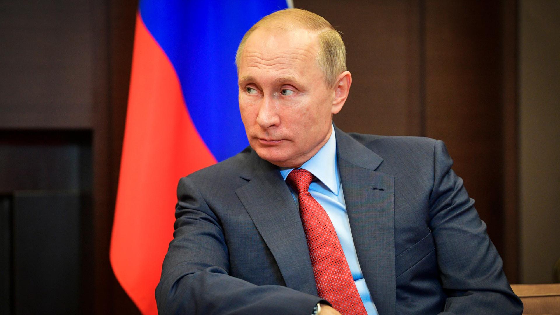 Pourquoi Vladimir Poutine a-t-il apporté sa propre tasse au dîner du G20 ?