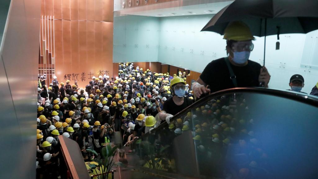 Hong Kong: des manifestants pénètrent dans l'hémicycle du Parlement