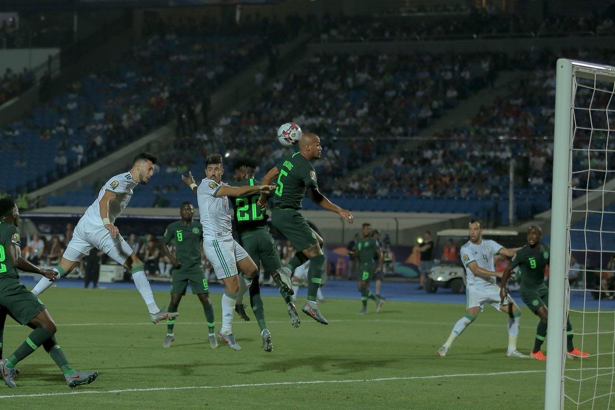L'Algerie ouvre le score sur un CSC du défenseur nigérian (1-0)