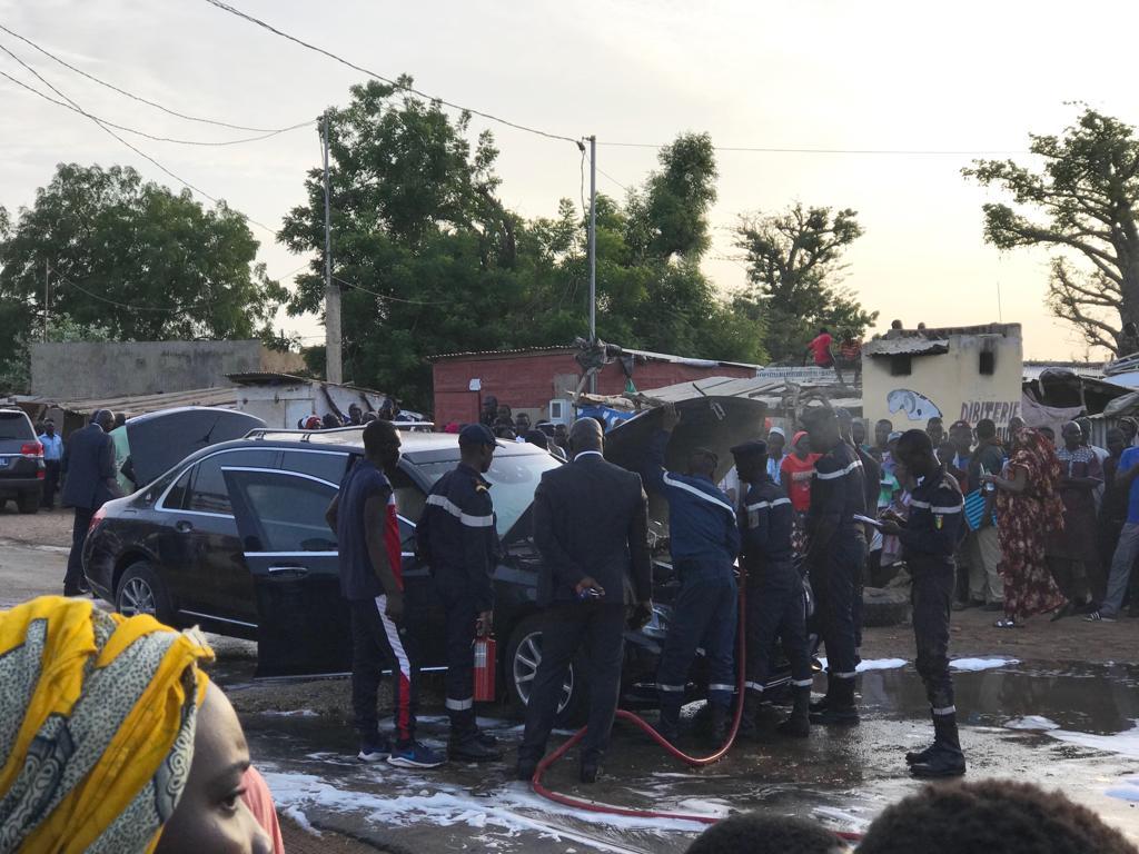 Images - Nguéniène : La limousine de Macky Sall prend feu