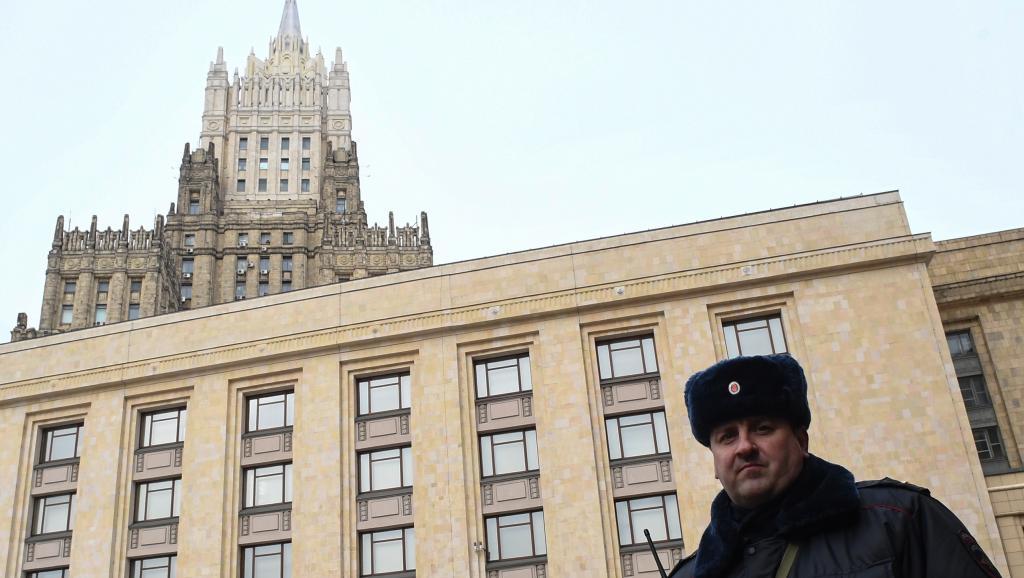 Un officier de police devant le ministère des Affaires étrangères russe, à Moscou, avant une réunion au sujet de l'affaire Skripal, le 21 mars 2018 (photo d'illustration). Yuri KADOBNOV / AFP