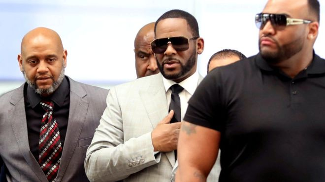 """R. Kelly manque une audience à Chicago après avoir """" refusé le transport """"."""