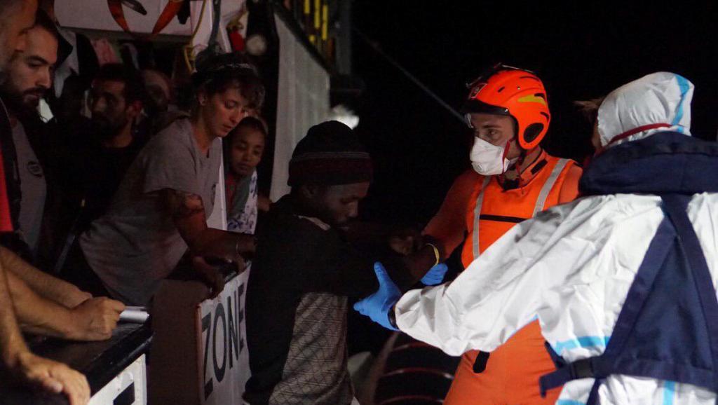 Italie: l'Open Arms toujours bloqué en mer après 18 jours d'attente