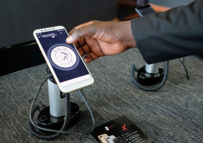 """Le Rwanda lance les premiers smartphones 100 % """"fabriqués en Afrique """""""