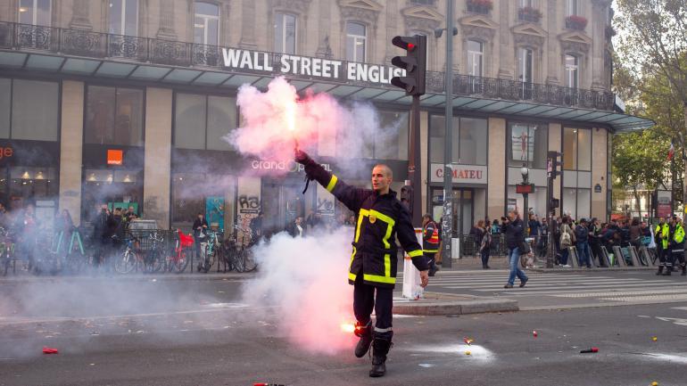 Paris: les forces de l'ordre font usage de canons à eau et de gaz lacrymogènes pour disperser les pompiers manifestants