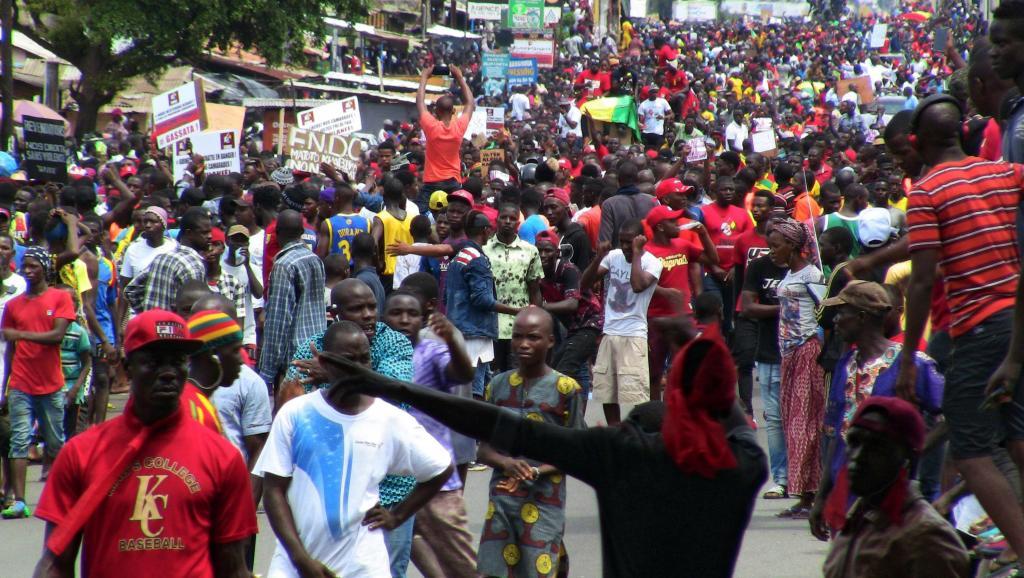 Les opposants à une modification de la Constitution défilent en nombre à Conakry
