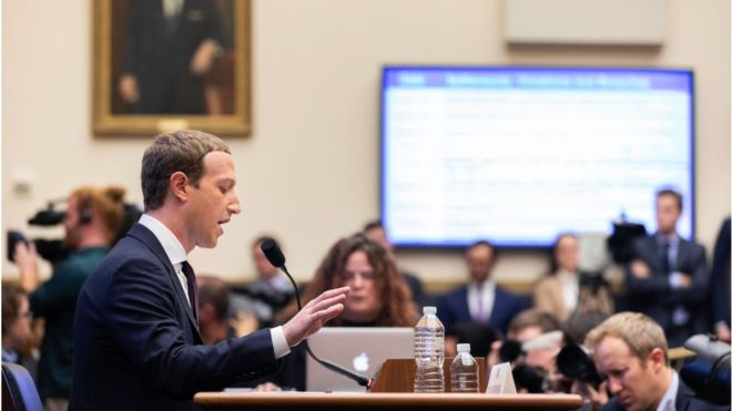 "Le patron de Facebook, accusé de ""favoriser la désinformation"""