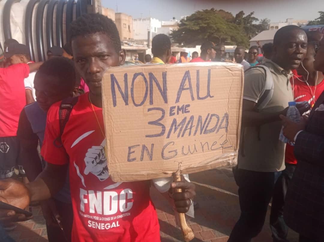 Dakar: des centaines de personnes, majoritairement des ressortissants guinéens manifestent contre Alpha Condé