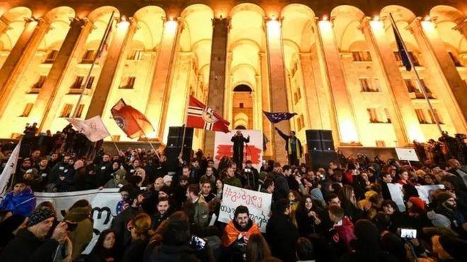 Une odeur d'excrément fait évacuer le parlement en Géorgie