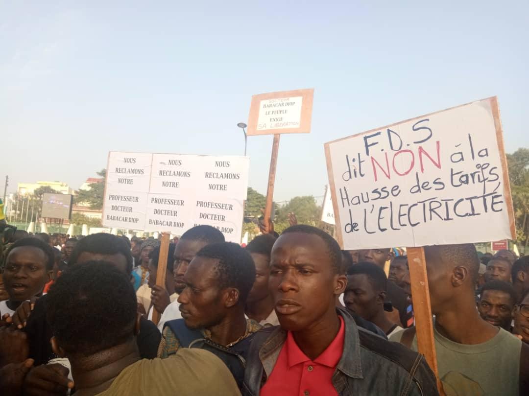 Marche contre la hausse de l'électricité: des étudiants exigent la libération de leurs camarades
