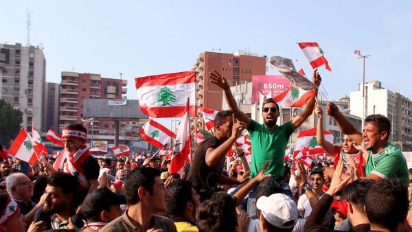 Des manifestants dans les rues de Tripoli la deuxième plus grande ville du Liban le 22 octobre 2019. © REUTERS/Omar Ibrahim