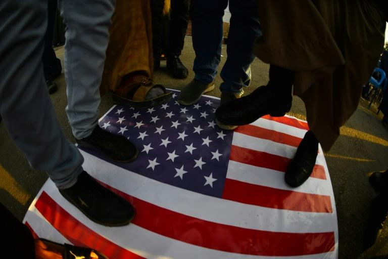 Irak : La foule en colère attaque l'ambassade américaine à Bagdad