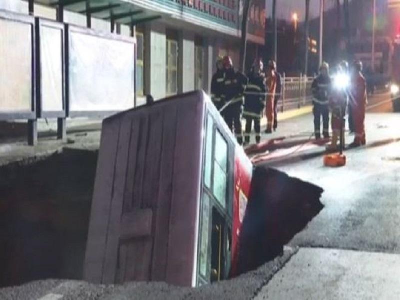 Chine : six morts après la chute d'un bus dans un gouffre