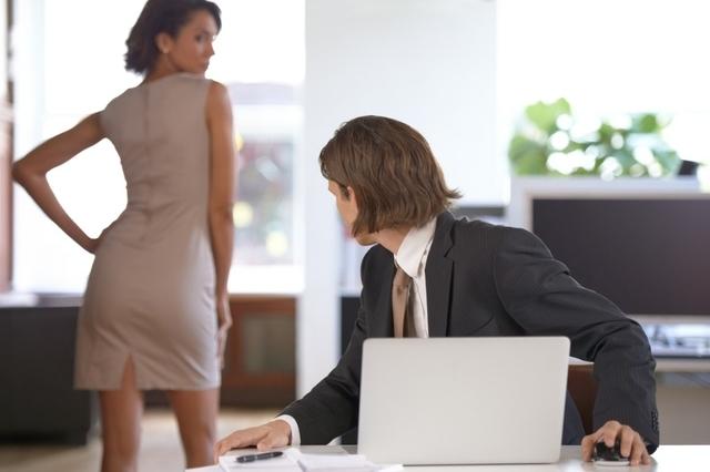 Un regard trop insistant peut être perçu comme une forme de harcèlement par les femmes. Une simple question d'éducation mériterait-elle une sanction dans le code pénal ? Image: istock