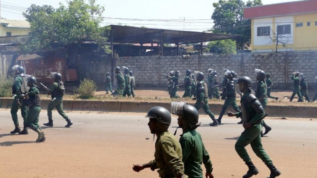 Guinée: la vidéo d'une femme utilisée comme bouclier par des policiers indigne