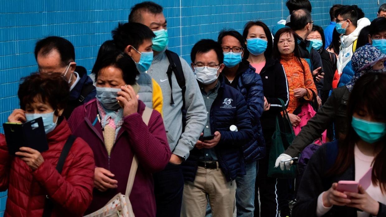 Coronavirus: des gens font la queue pour acheter des masques faciaux, à Hong Kong, le 28 janvier 2020. REUTERS/Tyrone Siu