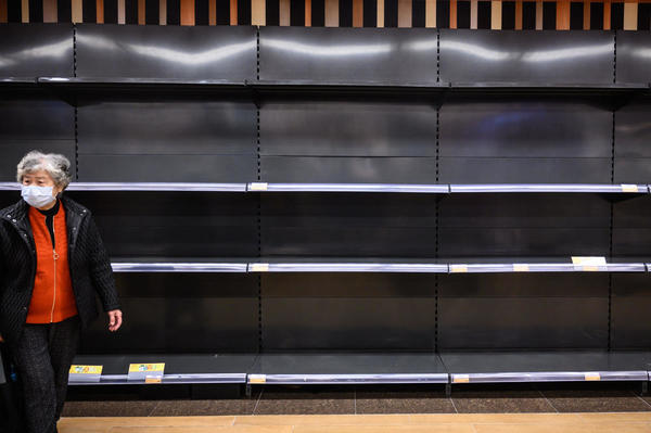 Des consommateurs paniqués se sont également rués sur le riz et les pâtes. / Philip FONG - AFP